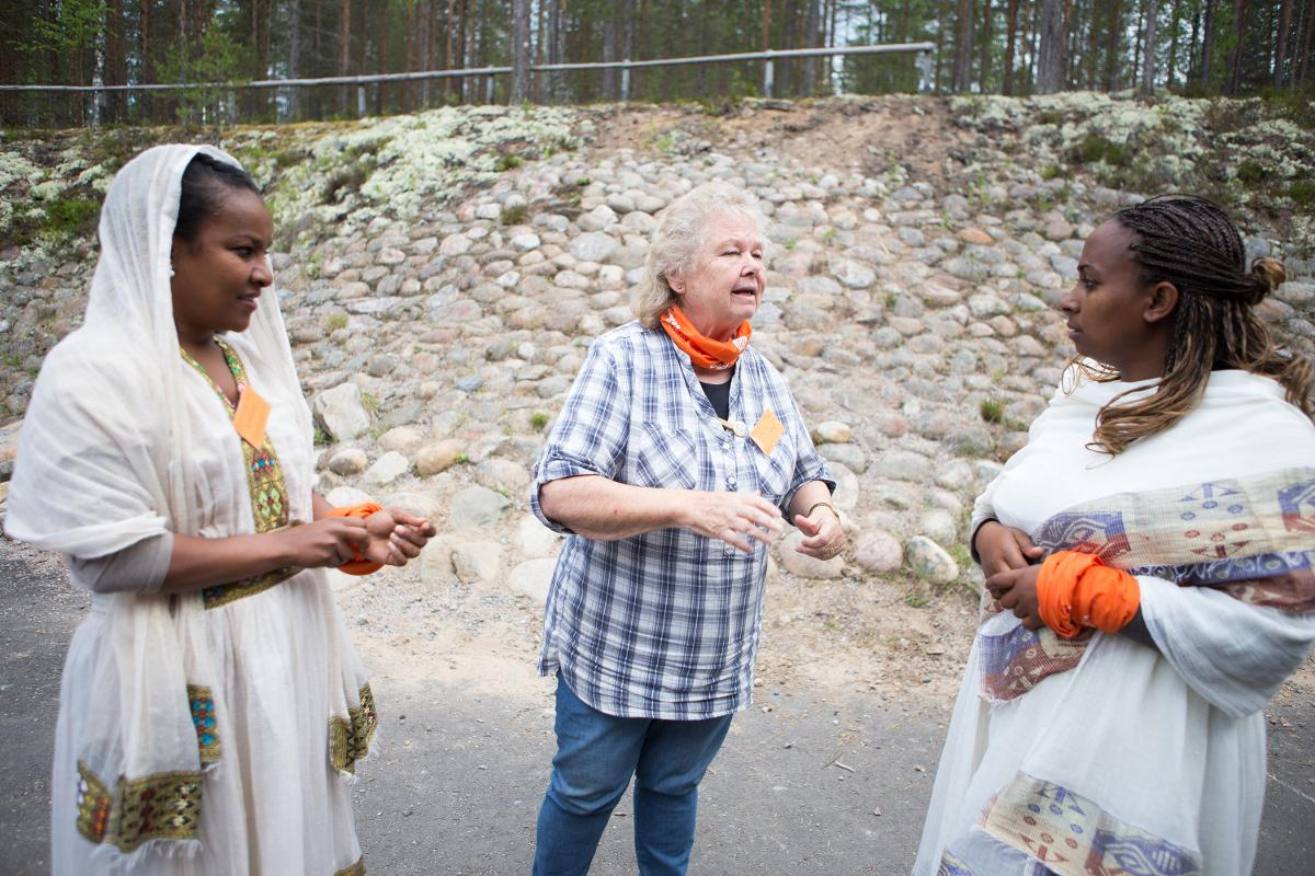 Kuva: Etiopilaisia kuuroja vierailee tulkin kanssa Rokuan kymppileirillä kesällä 2017.