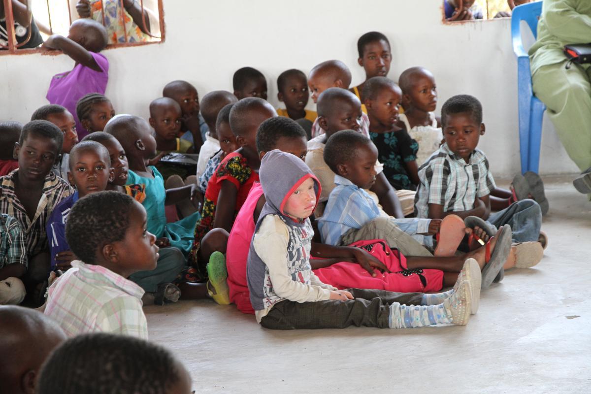 Kuva: Albiinolapsi Tansaniassa mustien lasten joukossa.