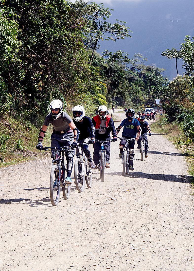 Kuva: Pyöräilijät Kuoleman tiellä Boliviassa