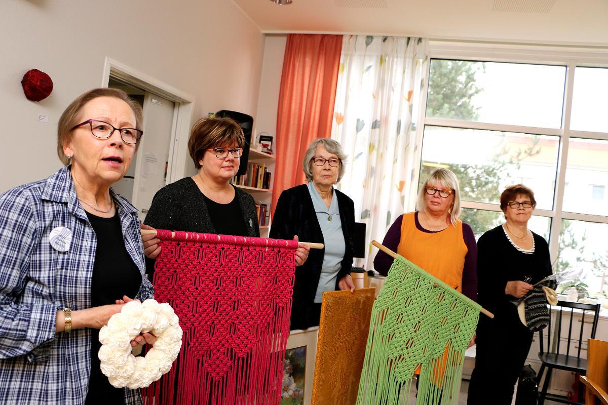 Kuva: Pateniemen Martat lahjoittivat käsitöitä Kaupunginsairaalan osasto A2:lle.