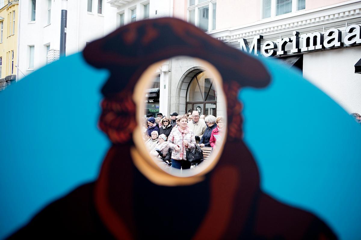 Kuva: Avaran taivaan alla -messu Rotuaarilla helatorstaina 25.5.2017 Oulussa. Messun toimittivat tuomiorovasti Satu Saarinen ja lääninrovasti Juhani Lavanko. Helatorstain messu keräsi Rotuaarille lähes 600 osallistujaa. Messun jälkeen tarjolla oli munkkikahvit. Messu oli reformaation merkkivuoden päätapahtuma Oulussa.