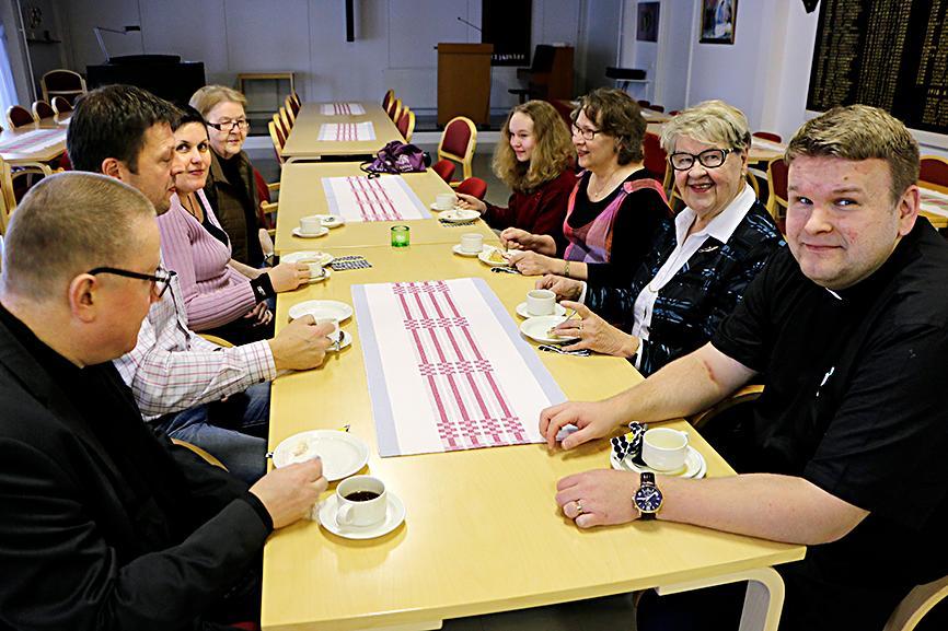 Kuva: Rauhan Tervehdyksen 110-vuotiskahveilla Pulkkilassa. RT:n hallitusta edusti Marja Rysä (toinen oikealta). Oikealla keikkapappi Risto Räihä.