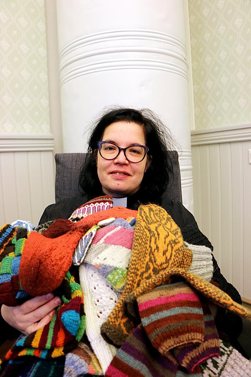 Kuva: Ulla Mitrunen-Nyyssönen kahmaisi pyynnöstä  kaikki käsityönsä syliin. Kotona Iissä itse tehty taidonnäytteitä on vielä lisää.
