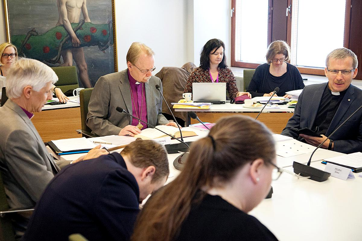 Kuva: Kirkkohallituksen täysistunnossa puhetta johtaa arkkipiispa Kari Mäkinen.