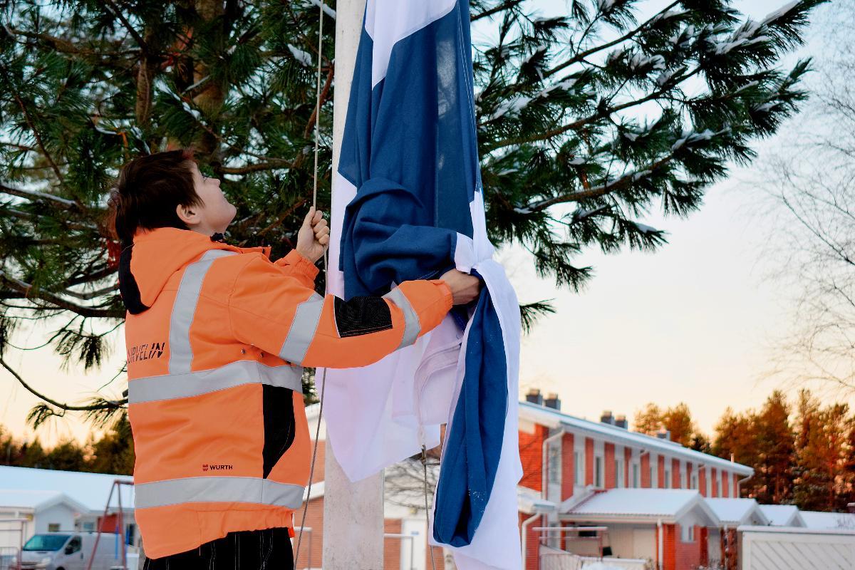 Kuva: Kiinteistönhoitaja Tanja Eelin tehtäviin kuuluu lippujen nostaminen salkoon.