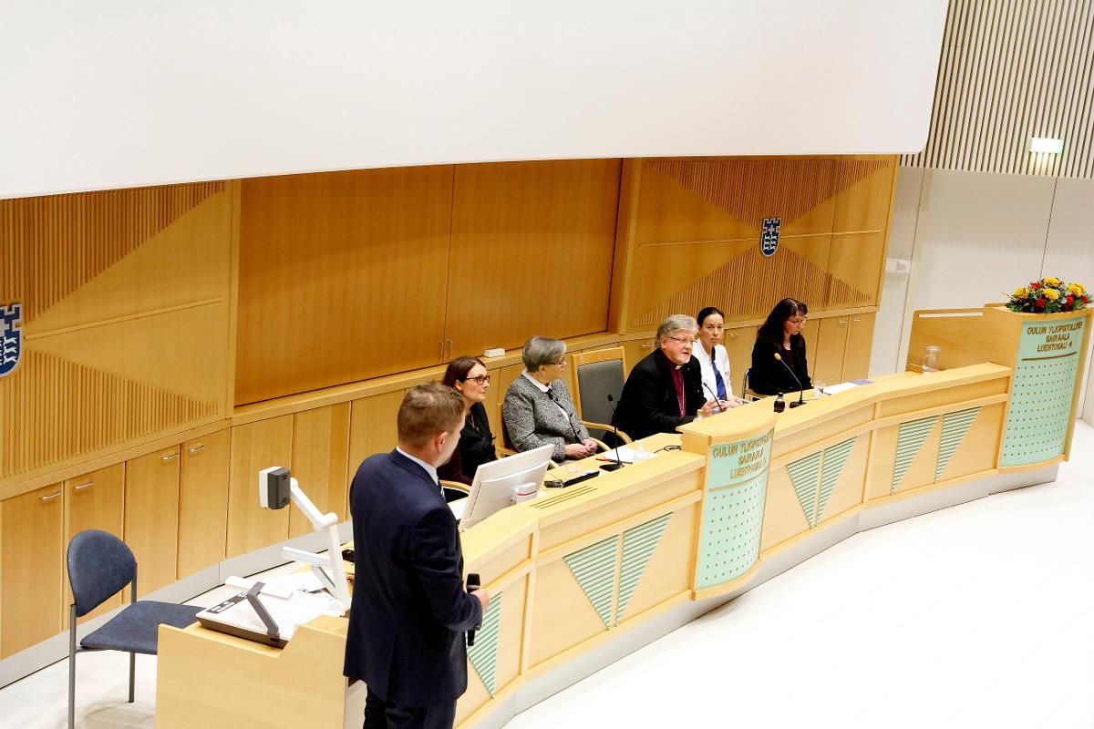 Kuva: Piispantarkastuksen yhteydessä järjestettiin Oulun yliopistollisessa sairaalassa eutanasia-aiheinen paneeli 23.marraskuuta.