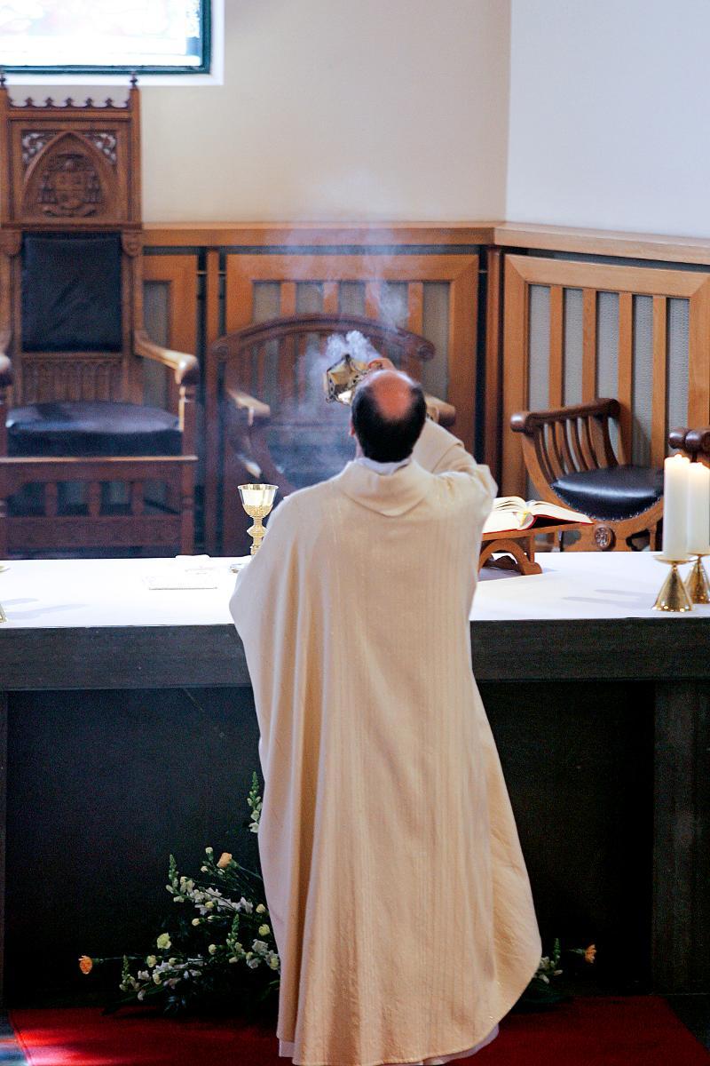 Kuva: Katolisessa kirkossa suitsutetaan perinteisesti. Myös Suomen luterilaisessa kirkossa tapa otetaan käyttöön.
