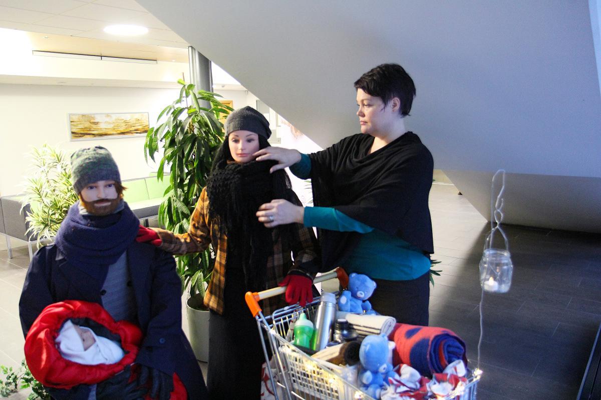 Kuva: Mirjami Nikula asettelee Marian vaatetusta.