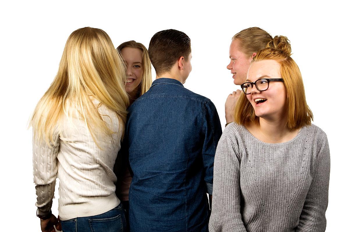 Kuva: Nuoria ja nuoria aikuisia, kuvattu ripariesitettä varten Oulussa 3.5.2016. Kuvattavilta ja heidän vanhemmiltaan on kupa kuvan käyttöön seurakuntien viestinnässä. Nuoret kuvissa ovat 15-18-vuotiaita. Jos kuvan yhteydessä on henkilön nimi, ei sitä saa julkaista netissä, somessa tai mainoksissa. Kuvat: Sanna Krook