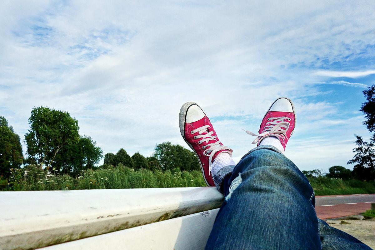 Kuva: Huoleton henkilö kesäisellä veneretkellä