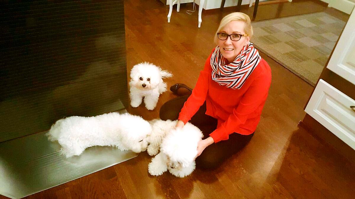 Kuva: Sirkka Mustonen kertoo, että koirat ovat hänelle suuri voimaantumislähde hännän pyörityksineen ja tervehdyksineen ja suukkoineen.  Koirat tunnistavat herkästi ihmisen sekä mielihyvän että mielipahan.