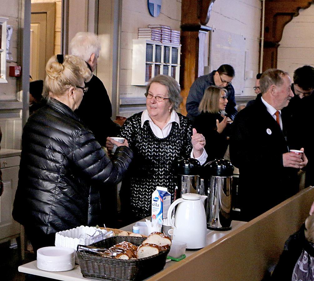 Kuva: Oulunsalon Virtuaalikirkko 4.2. Oulunsalon eläkeläisten vapaaehtoisena kahvia tarjoili Mirja Vahera.