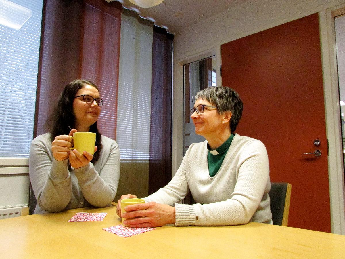 Kuva: Maaret Meriläinen ja Asta Leinonen ovat mukana pohtimassa luopumisen vaikeutta.