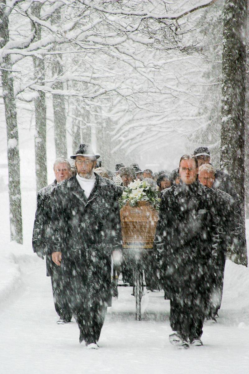 Kuva: Hautajaissaatto lumipyryssä.