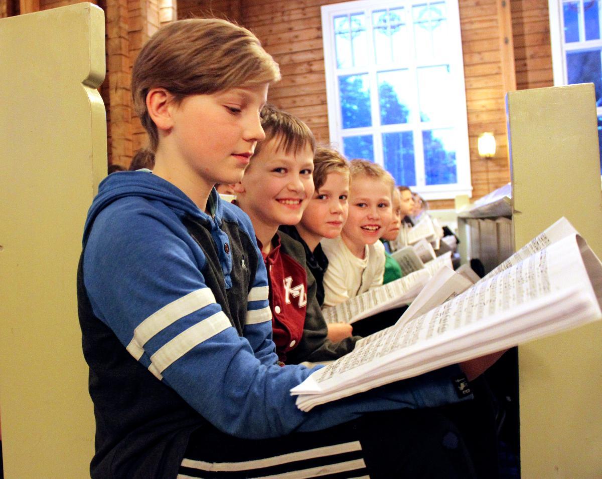 Kuva: Poikakuoro Pohjantähdet harjoitteli Matteus-passiota varten Oulujoen kirkossa maaliskuussa 2018.