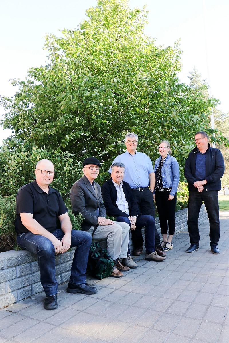 Kuva: Oulun rauhanyhdistys on päävastuussa vuoden 2018 Suviseuroista Muhoksella. Kuvassa järjestelyistä vastaavan päätoimikunnan jäseniä.