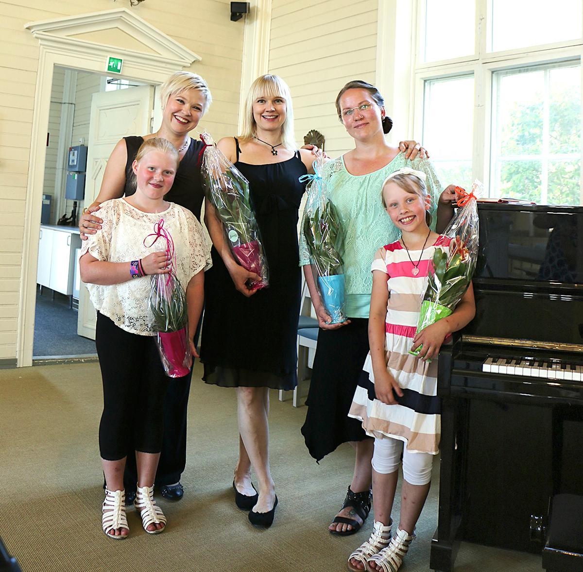 Kuva: Tyrnävän Kesäillan musiikkihetken 19.7.2018 esiintyjät: Noora Aitjärvi, Anu Kanerva-aho, Anne Kämäräinen, Anna ja Eedit Kauppila.