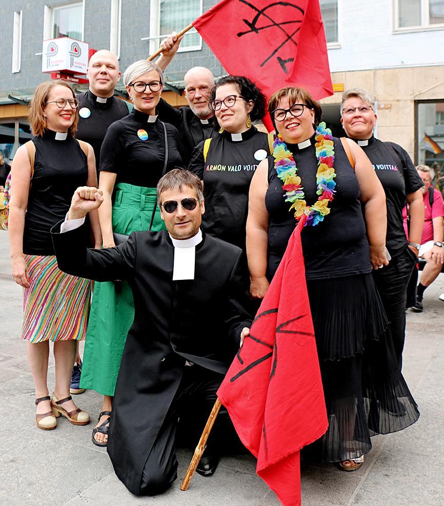 Kuva: Oulu Priden kulkueeseen 21.7.2018 osallistuneet papit.