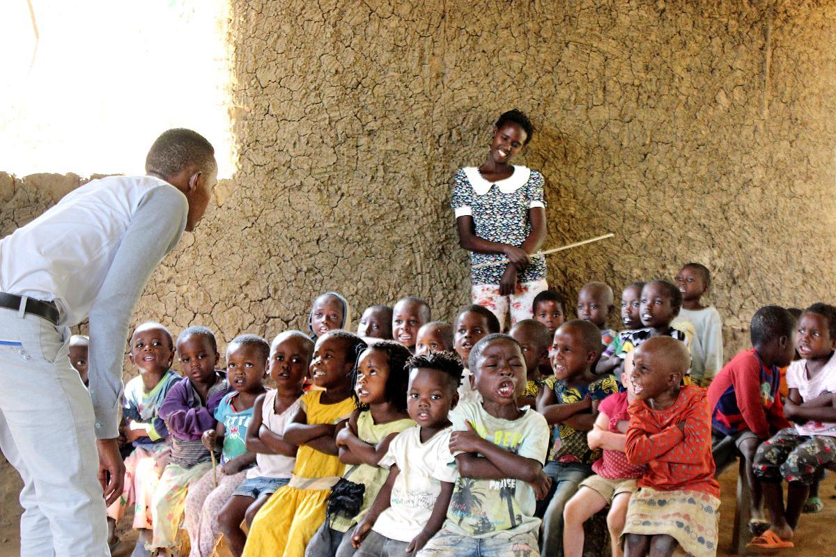 Kuva: Rwamwanjan pakolaisten asutusalueella Ugandassa on epävirallinen koulu, jossa vapaaehtoiset pakolaiset itse opettavat lapsia kykyjensä mukaan.