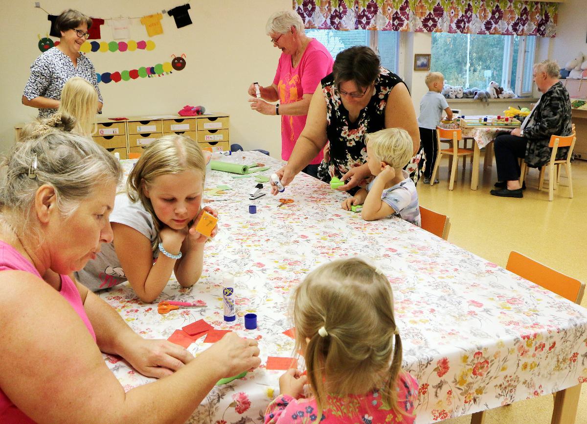 Kuva: Lasten ja isovanhempien Iltakammari Muhoksen seurakuntatalossa 3.9.2018.