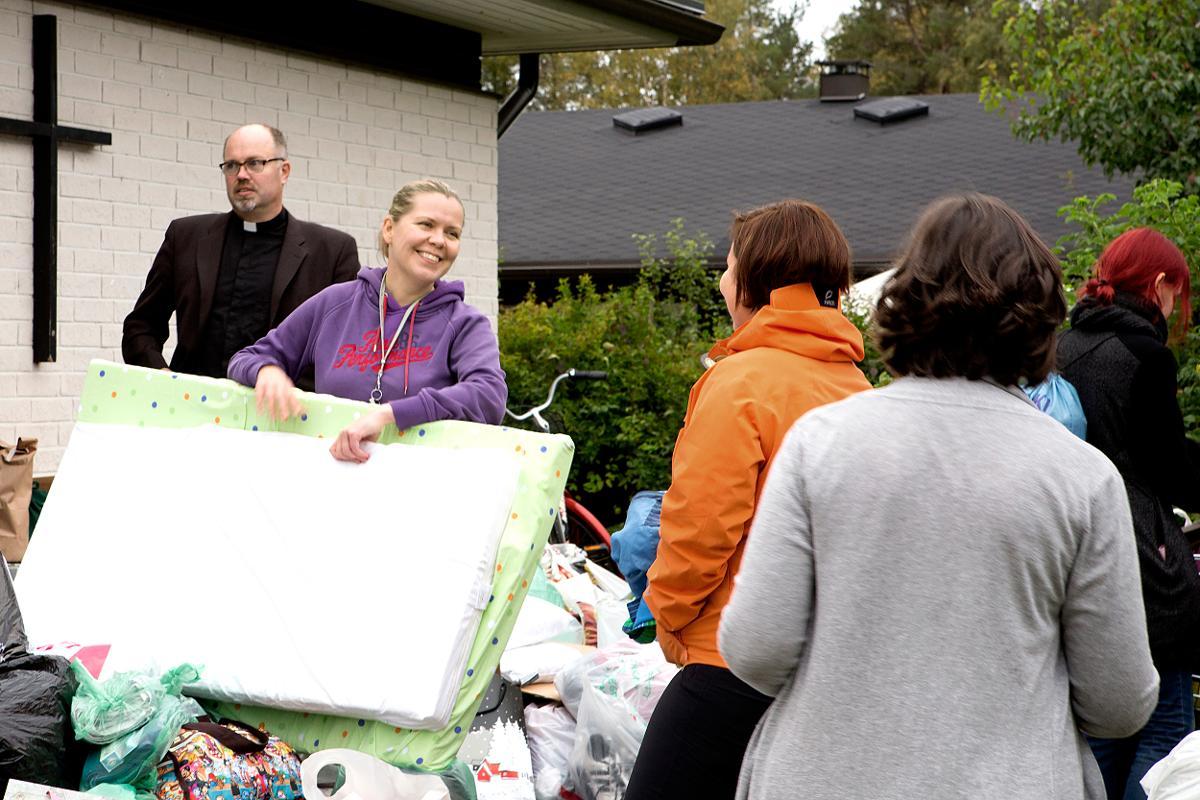 Kuva: Kuivasjärven seurakuntakoti täyttyi 7.9.2015  kattoaan  ja pihaa myöten ihmisten lahjoituksista Oulun ja lähialueiden pakolaisille.