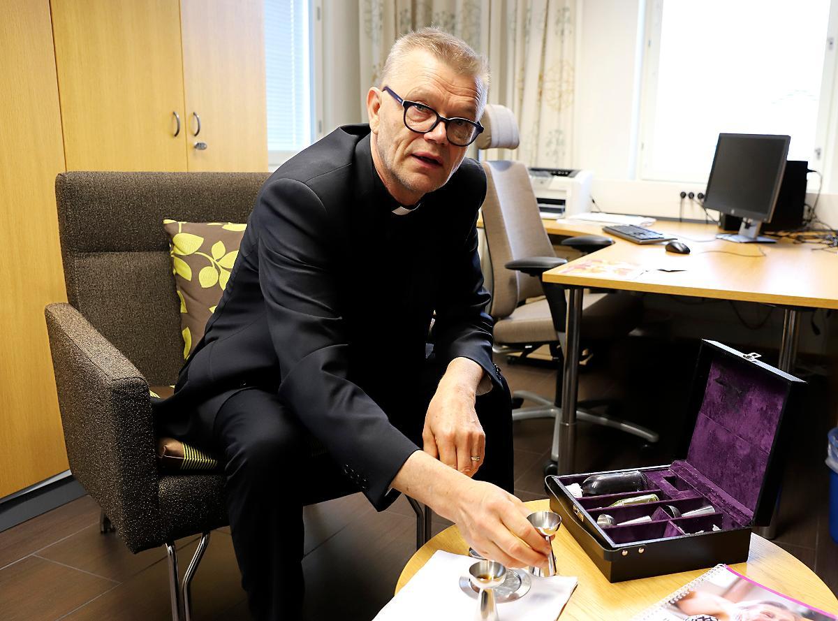 Kuva: Markku Palosaarelle annetaan muistiviikolla Vuoden välittäjä -palkinto 2018.