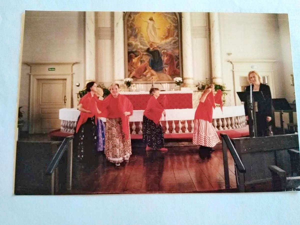 Kuva: Limingan naisvoimistelijat kirkossa 2002.