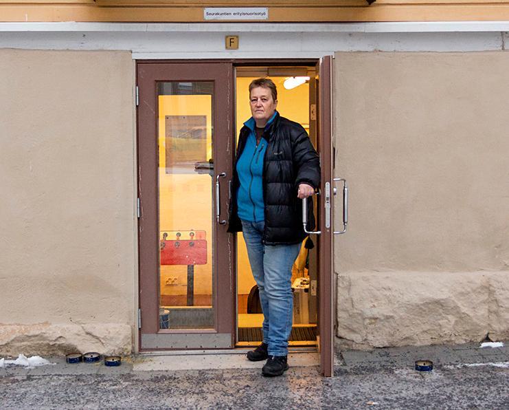Kuva: Oulun seurakuntien päihdetyötä tekevä diakoniatyöntekijä Tellervo Kianto vetää keskusteluryhmää  huumeidenkäyttäjien läheisille Oulussa.