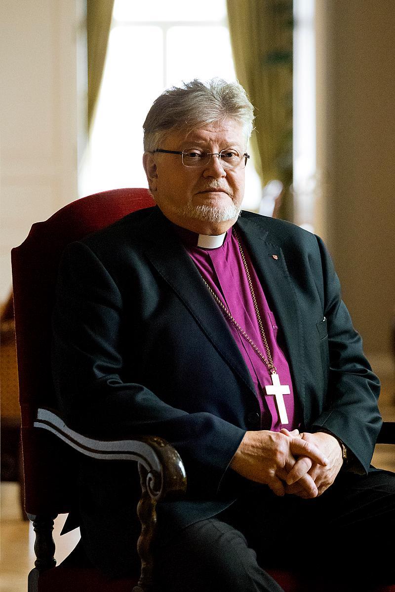 Kuva: Piispan viran tunnusten luovutus -juttu
