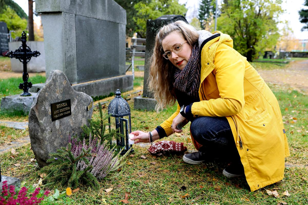 Kuva: Tiina Honka hiljentyy siskonsa haudalla.