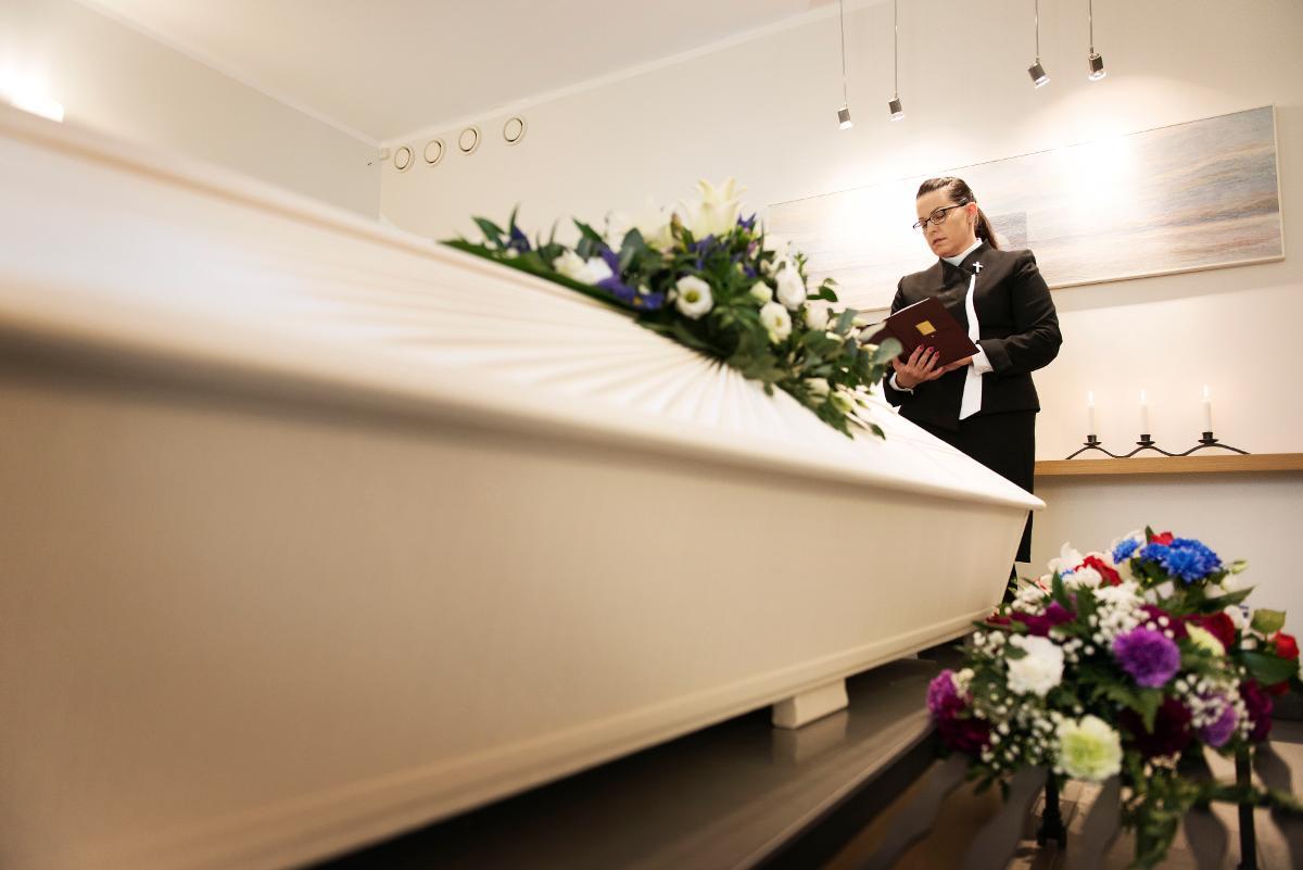 Kuva: Papit hoitavat huoellisesti hautaukset, vaikka välillä esimerkiksi Oulun Intiön pienessä kappelissa vietetään lauantaipäivinä useita hautajaisia peräkkäin varhaisesta aamupäivästä myöhäiseen iltapäivään saakka.