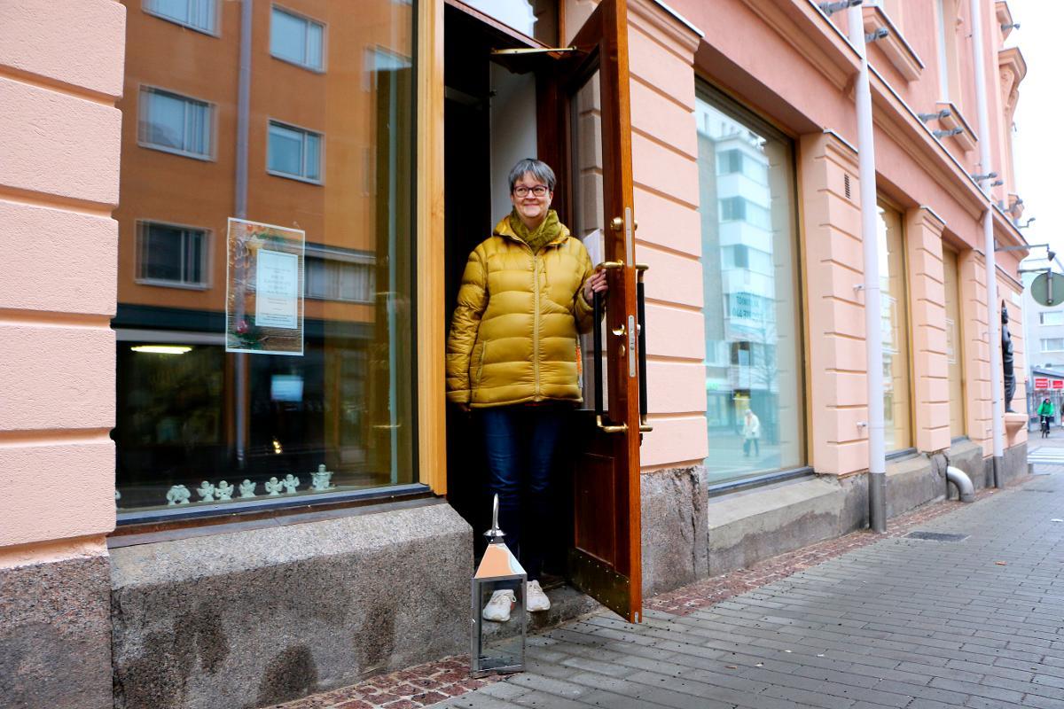 Kuva: Oulun seurakuntien Käsityöpuoti on avoinna 16.11.-22.12. Ovensuussa lähetyssihteeri Tarja Oja-Viirret.