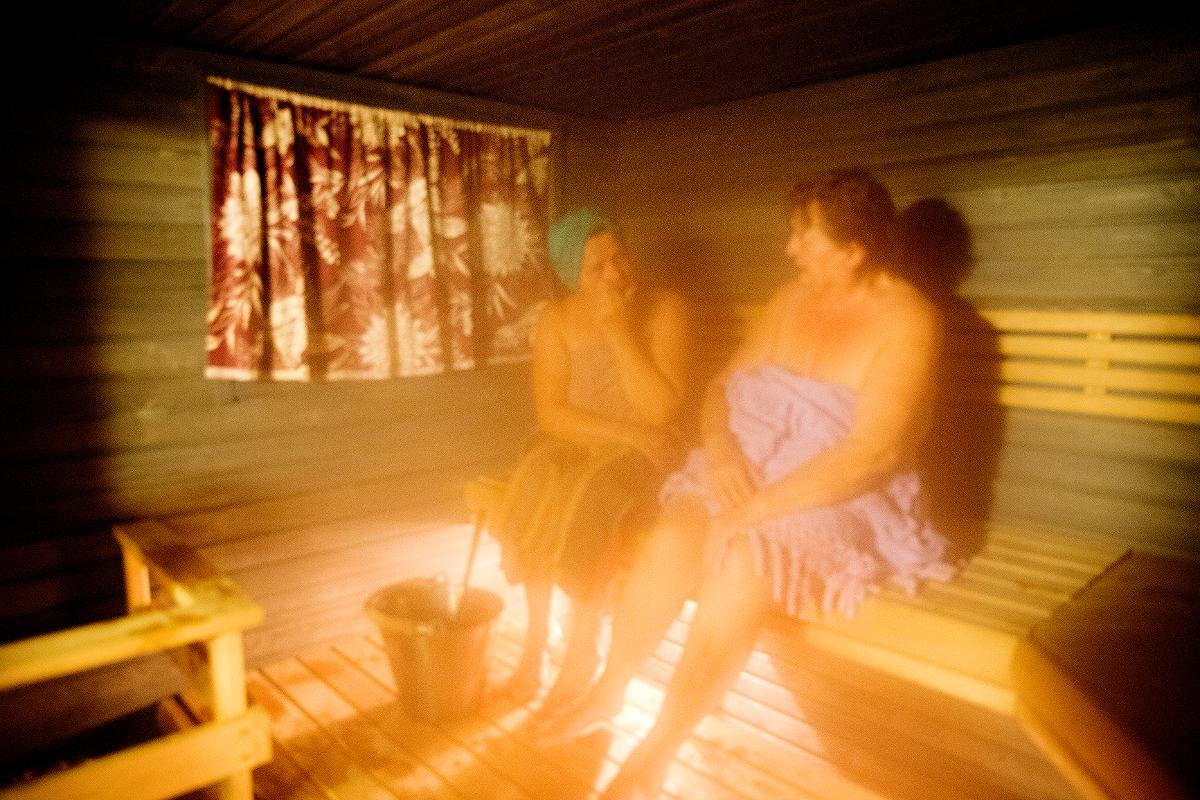 Kuva: Rauhan Tervehdys -lehdelle kuvattu naisten saunavuorlla Lämsänjärven leirikeskuksessa lokakuussa 2018. Ei saa käyttää kuvistukuvina muissa jutuissa.
