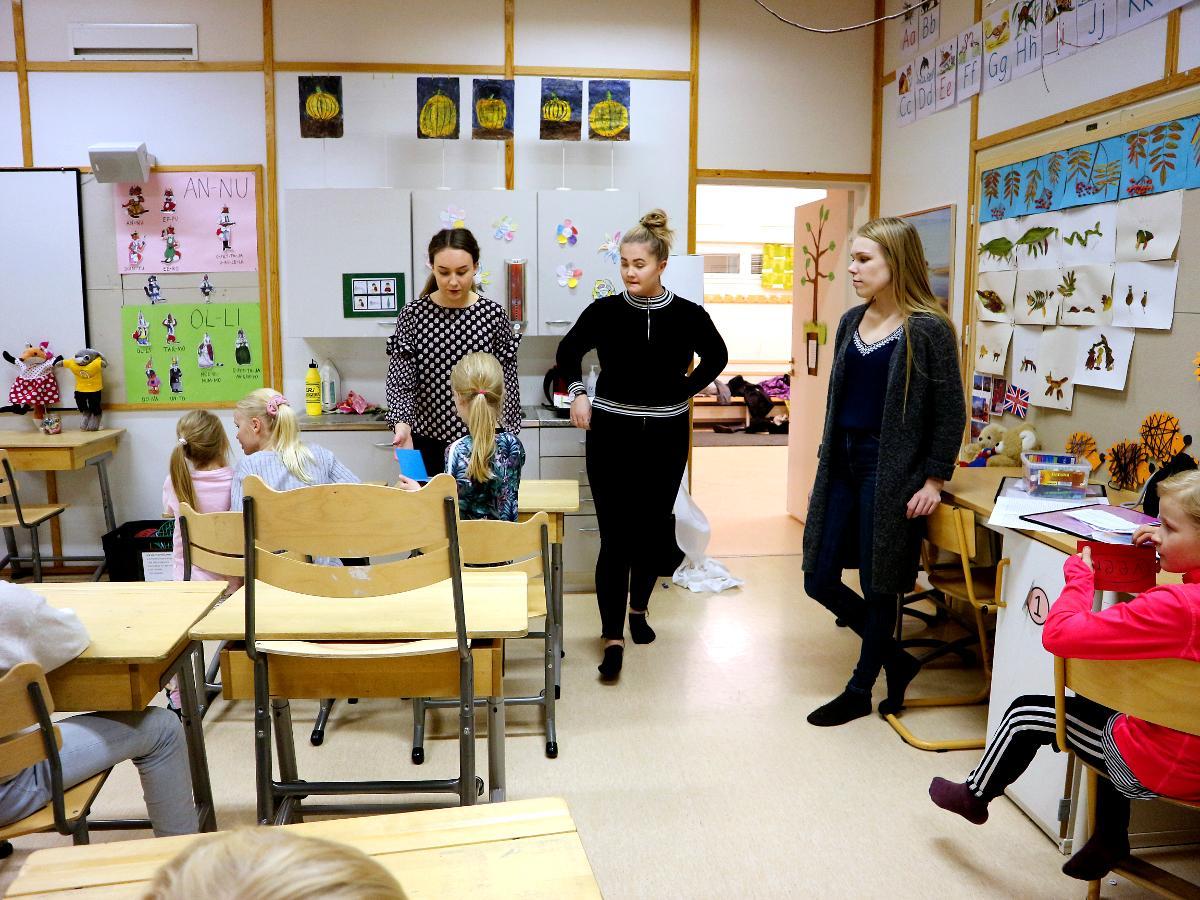 Kuva: Anni Karjalainen (kuvassa oikealla) on Kiimingin Tirinkylän kerhon kerhokummi.