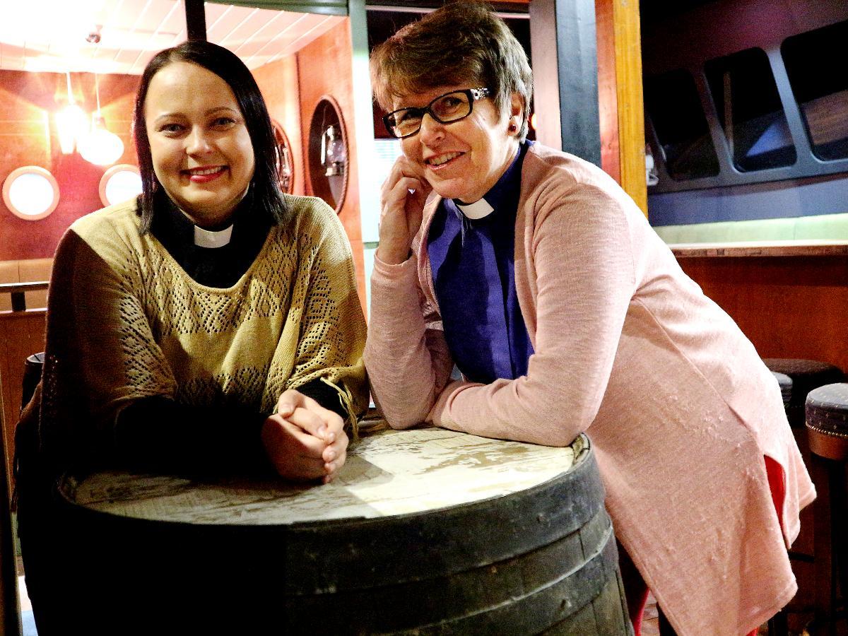 Kuva: Jenna Utriainen ja Tarja Kainulainen aloittelevat nuorten aikusten illanviettoja Samanta-pubissa.