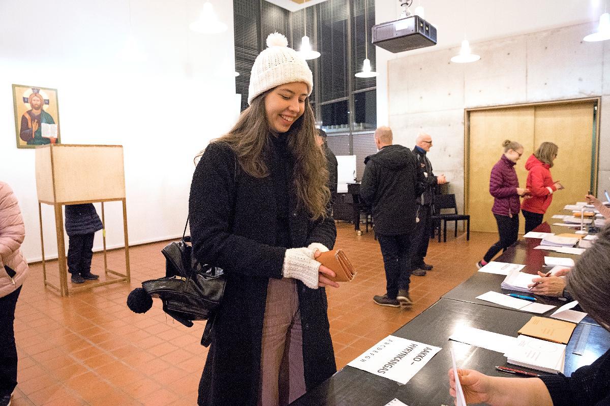 Kuva: Seurakuntavaalien äänestäjiä Tuiran kirkossa Oulussa 18.11.2018.