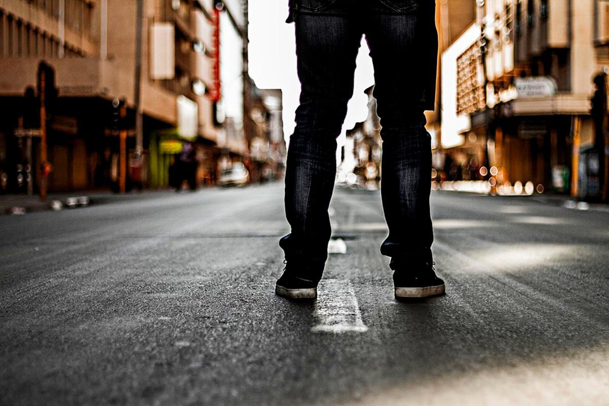 Kuva: Jalat kaupungin kadulla.