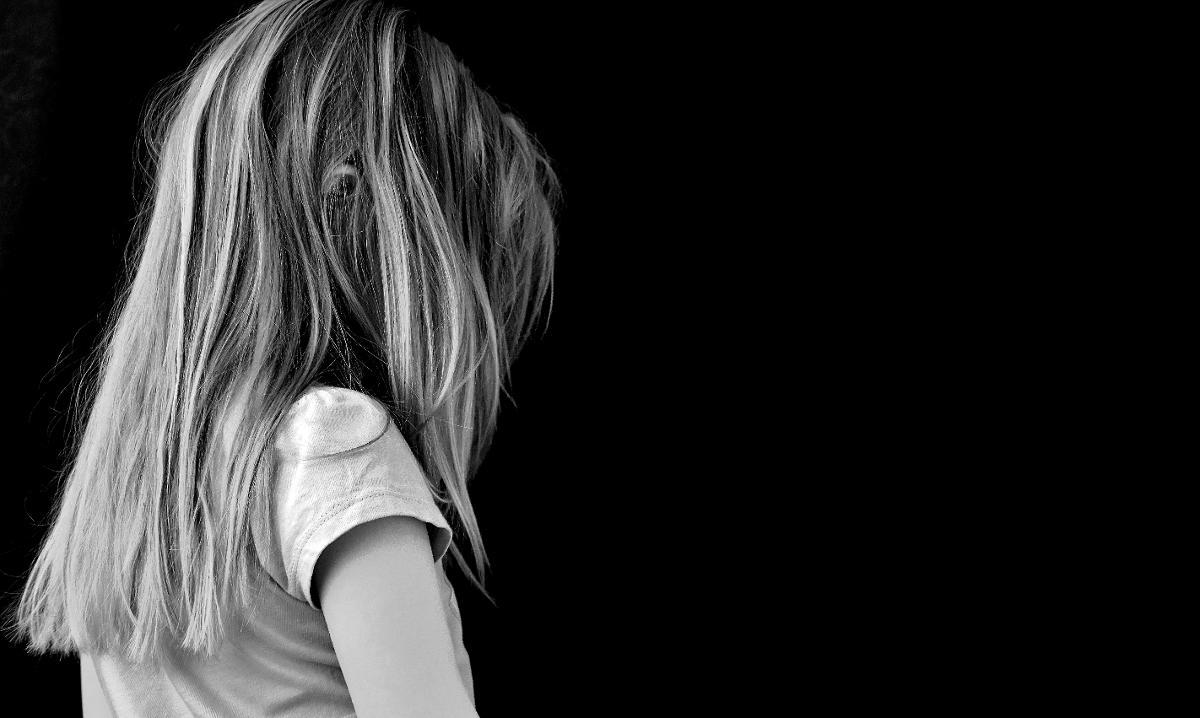 Kuva: Nuori tyttö on surullinen.