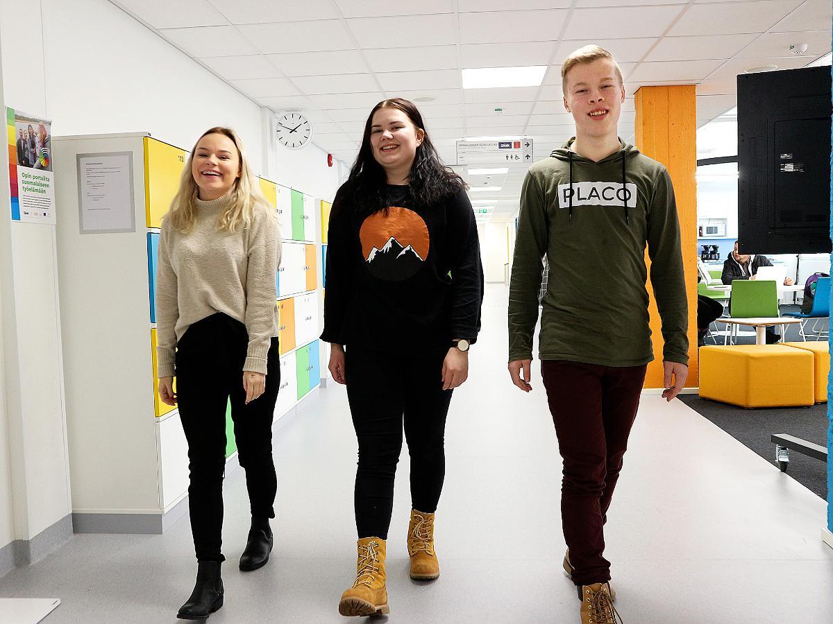 Kuva: Satu Marjamaa, Milla Tikkanen ja Petrus Kinnunen opiskelvat lähihoitajiksi Suomen Diakoniaopiston Oulun kampuksella.
