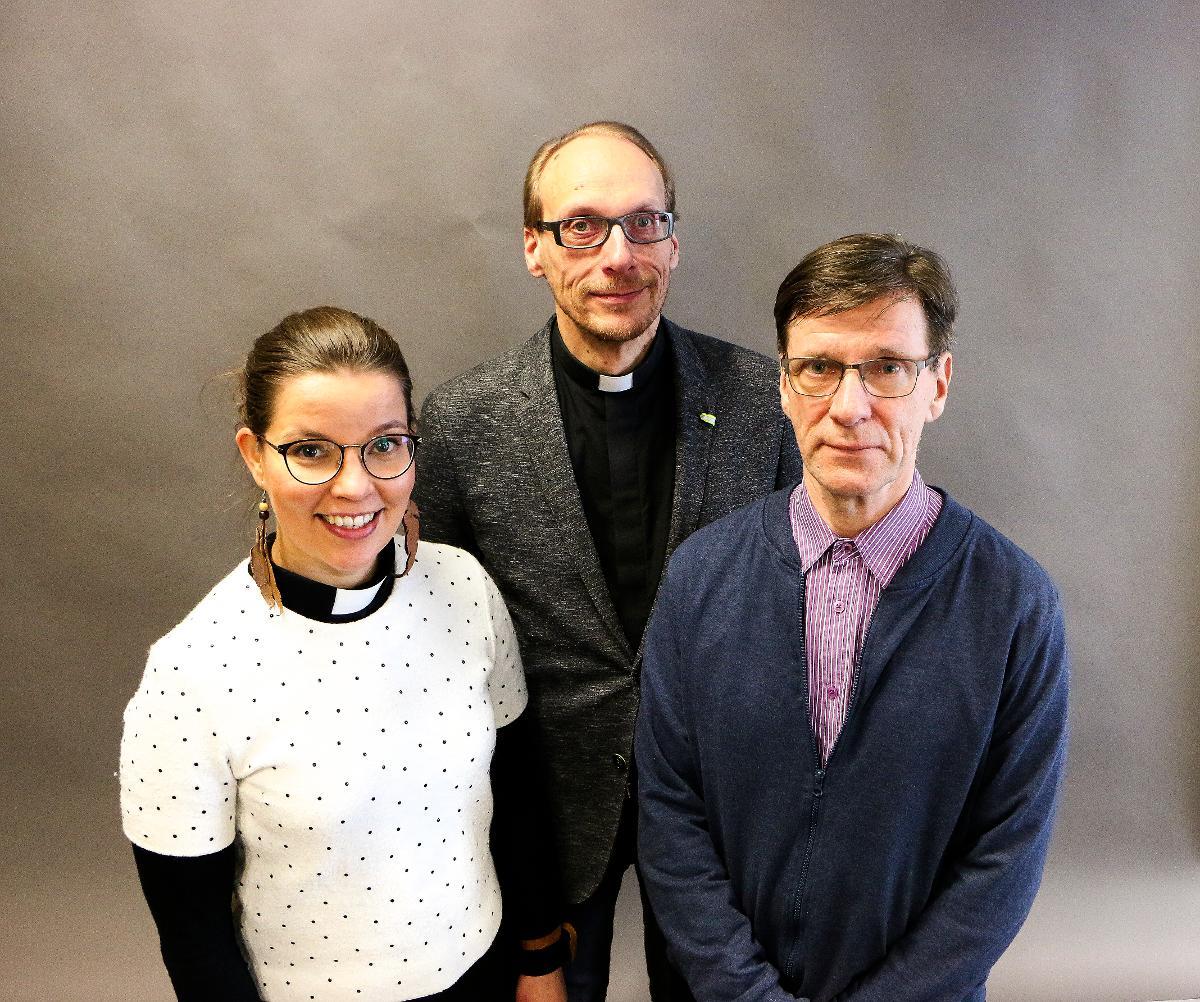 Kuva: Pastorit Jenni Siljanderja Ari Savuoja sekä tuomiokirkkoseurakunnan vapaaehtoinen Eero Karjalainen ovat järjestämässä anglikaanien vierailua Ouluun.