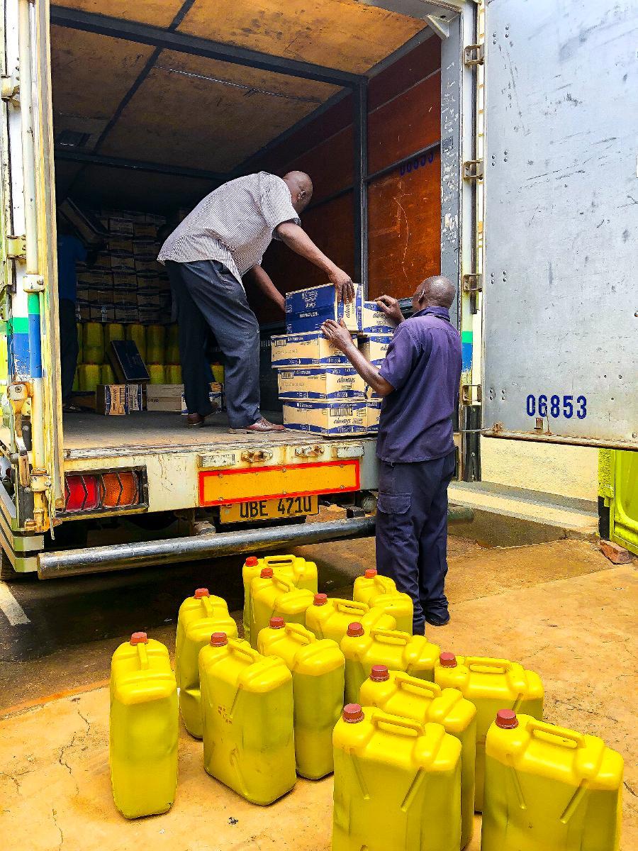 Kuva: Ugandassa rekasta puretaan kuukautissiteitä.