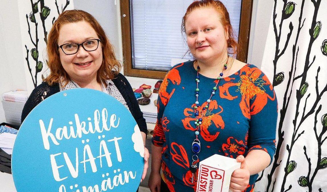 Kuva: Mervi Saloheimo ja Niina Jääskeläinen työskenteleväy Veturi-hankkeessa.