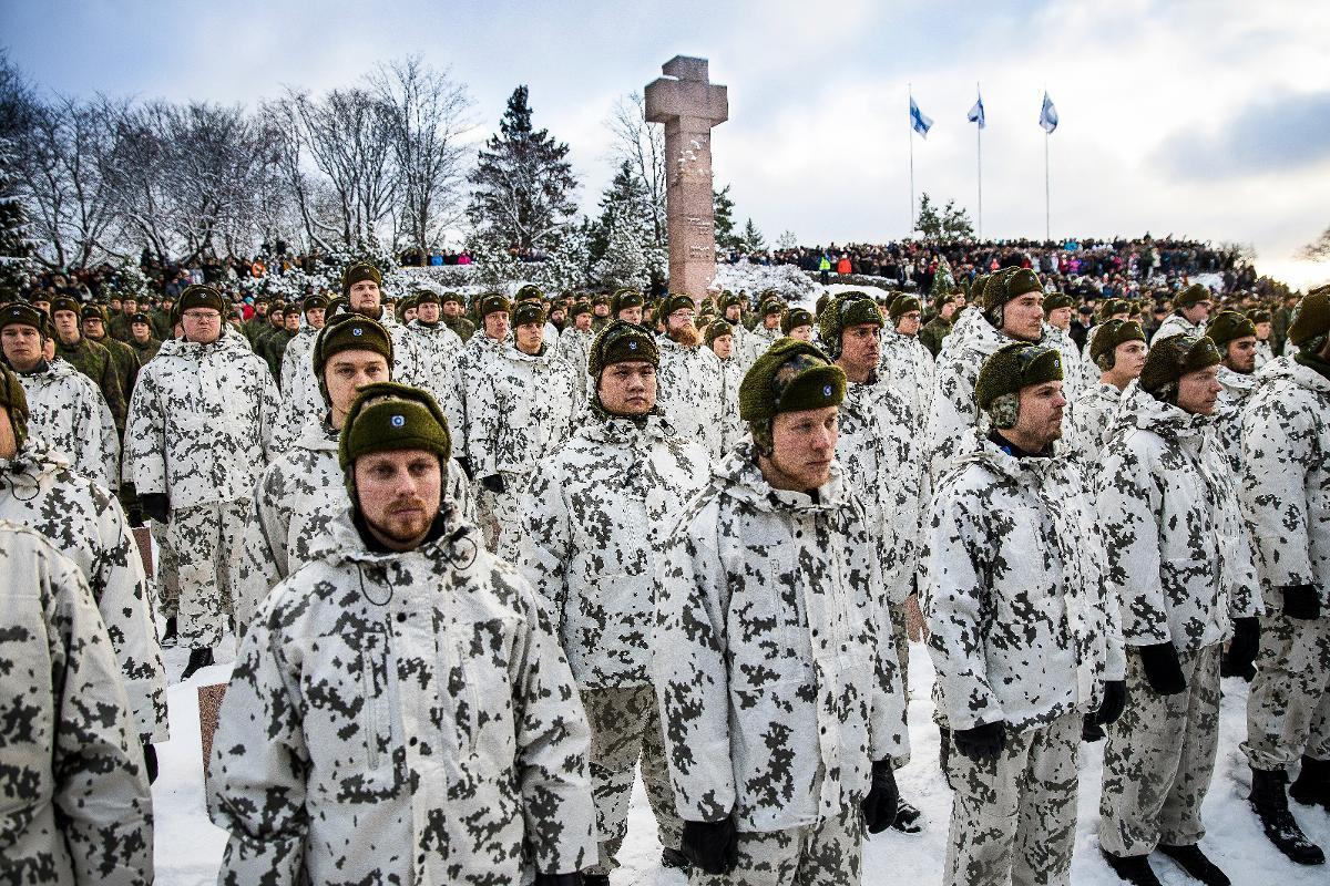 Kuva: kuvateksti muuttuu! Kalevankankaan hautamaalla järjestettiin kunniavartio Suomi 100 itsenäisyyspäivän kunniaksi. Sankarihaudoille asettui kunniavartioon 749 miestä ja naista, jotka ovat saman ikäisiä kuin sankarivainajat, joiden haudoilla he seisovat.