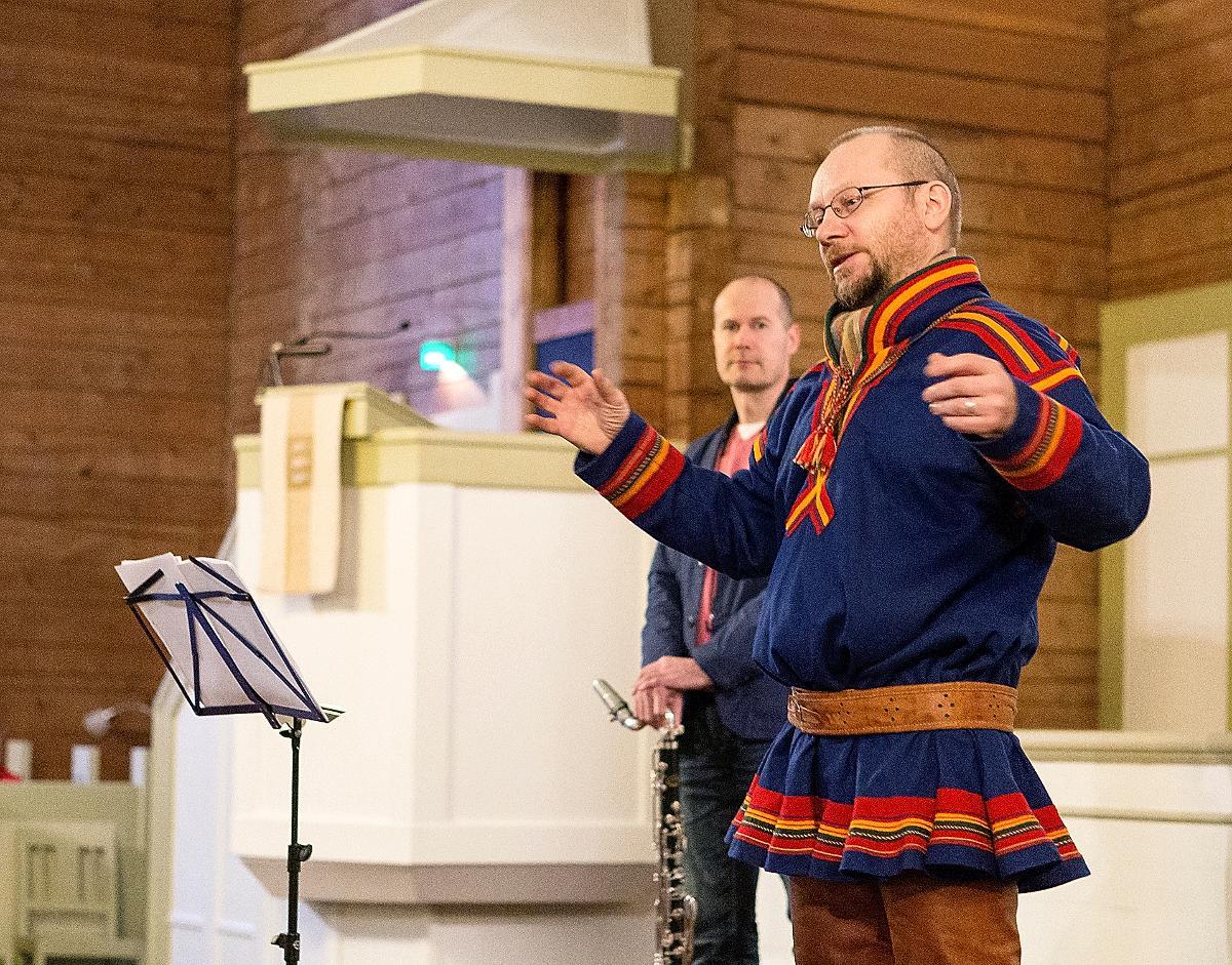 Kuva: Wimme Saari on maailmanmainetta saavuttanut saamelaismuusikko ja joikaaja. Tapani Rinne on muusikko, säveltäjä ja tuottaja, joka soittaa konsertissa bassoklarinettia.Wimme Saari on uudella tavalla yhdistänyt kristillisen ja saamelaisen kulttuurin perinteitä virsilaulannalla, joka saa vaikutteita joikaamisesta. Konsertissa kuullaan virsiä Saaren ja Rinteen uudelta Soabbi-levyltä sekä lisäksi muutamia perinteisiä joikuja.