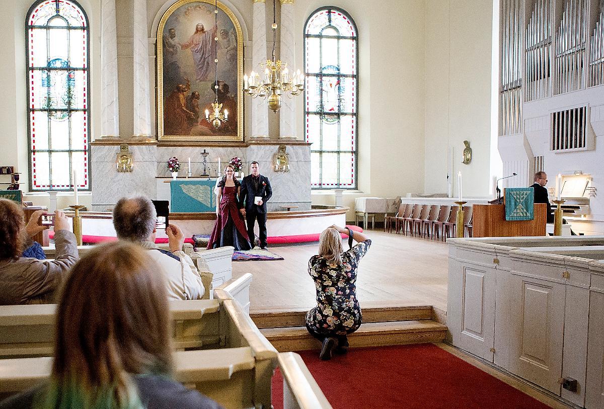 Kuva: Vihkihetkeen 9.9.2017 Oulun tuomiokirkossa osallistui seitsemän paria.