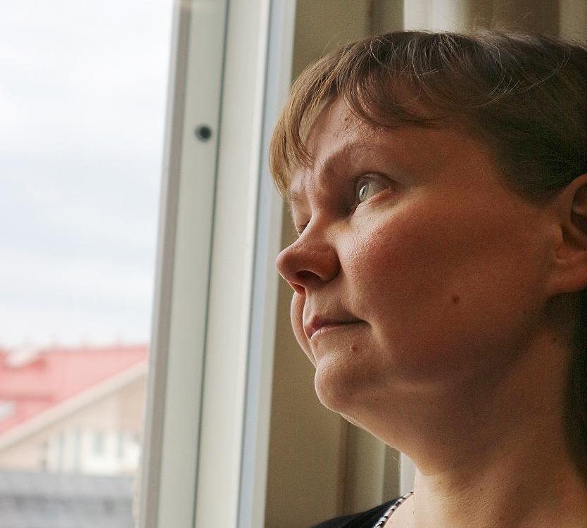 Kuva: Pirita Satomaa rukoilee usein pikemminkin ylös katsomalla kuin painamalla päänsä alas.