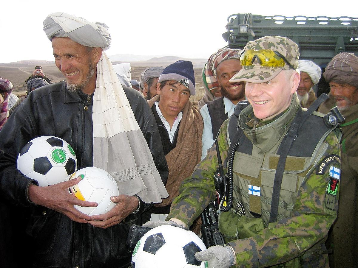 Kuva: Ollessaan Afganistanissa rauhanturvaajana Henry Helakorpi vei jalkapalloja lapsille