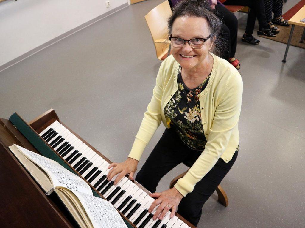 Kuva: Elli Laitinen on Tuiran seurakunnan vapaaehtoinen.