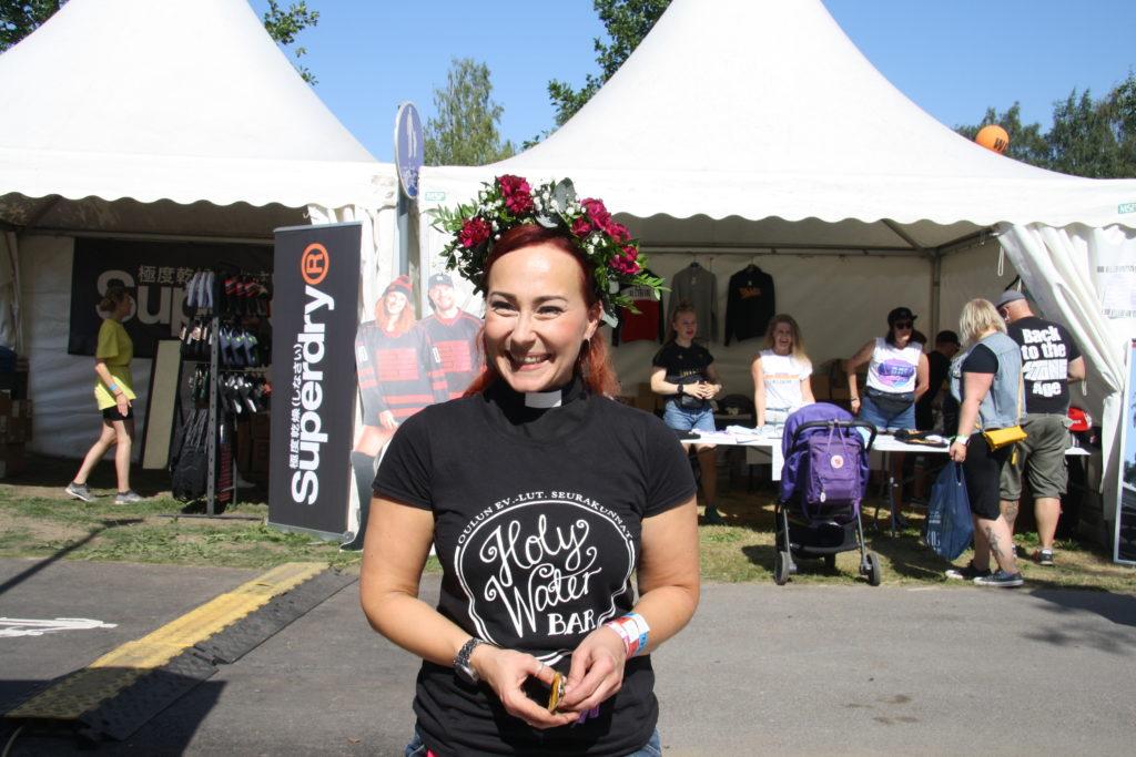 Salla Autere kiittää festivaaleille osallistuneita sekä baaria auttaneita yrityksiä. Kuva: Iida Putkonen
