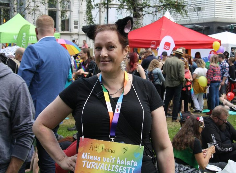 Anne oli yksi Oulu Priden vapaaehtoisista halaajista.